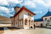Ca o cetate albă, în nordul Gorjului de sub munte se află Mânăstirea Polovragi, unică în țară datorită picturii pridvorului bisericii.