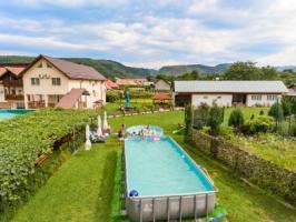 Pensiunea Xinela se afla in Baia de Fier, judetul Gorj, si ofera cazare cu baie in camera, tv, aer conditionat, balcon, restaurant si rezervare all in