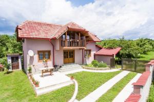 Casa Darius se află în orașul Novaci, în vecinătatea stațiunii Rânca. Cele trei camere sunt complet mobilate în stil tradițional românesc și dispun de