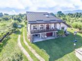 Casa de vacanță Mirela este situată la 2 km de orașul Novaci, pe Transalpina, și vă oferim cazare în camere moderne cu living comun.