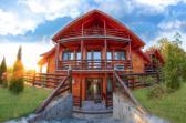 Aflată în satul Poienari din comuna Bumbeşti Piţic Gorj, pensiunea oferă cazare, cu mic dejun, în camere spațioase, amenajate rustic din lemn, cu băi